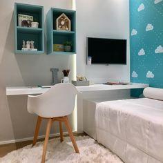 """10.3 mil curtidas, 124 comentários - Natalia Hamada (@decorandocomclasse) no Instagram: """"Deixa eu contar que na parede é TECIDOOO!! Amei o projeto @claudiaalbertiniarquitetura"""" Office Desk, Corner Desk, Sweet Home, Future, Instagram, Home Decor, Home Office Bedroom, Infant Room, Baby Room Girls"""