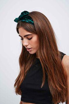 Samt-Haarband mit Draht und Schleife - Urban Outfitters