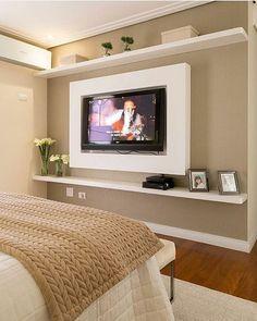 Quarto l Destaque para o design do painel da TV e papel de parede bege {♡}! Projeto @moniserosaarquitetura ...