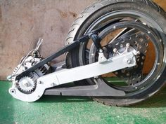 Interesting electric motorcycle design: integrate the motor into the swingarm. Electric Vespa, Electric Car Kit, Electric Skateboard, Electric Bicycle, Motorcycle Wheels, Motorcycle Design, Bike Design, Bike Motor Kit, Eletric Bike