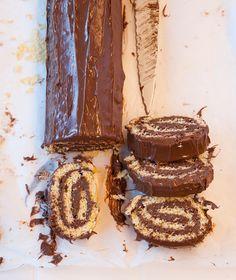Προκλητικά εύκολο, αυτό το ρολό με έτοιμη πραλίνα φουντουκιού και κρυμμένα πουράκια στη γέμιση θα το φτιάχνουμε ξανά και ξανά. Death By Chocolate, Chocolate Ganache, Sweet Desserts, Easy Desserts, Cake Roll Recipes, Greek Sweets, Greek Dishes, Greek Recipes, Cupcake Cakes