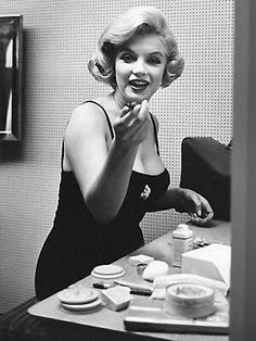 Find many great new & used options and get the best deals for MARILYN MONROE SURPRISED AT MAKEUP TABLE (1) RARE 5X7 GalleryQuality PHOTO at the best online prices at eBay! Free shipping for many products! Arte Marilyn Monroe, Marilyn Monroe Makeup, Marilyn Monroe Photos, Messy Hair Up, Elizabeth Arden Makeup, Eliana, Becoming An Actress, Look Thinner, Norma Jeane