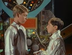 """Here's a groaner:Kidnapped in Space. Smith fiddles with an alien time device and ends up as a little kid (while retaining Jonathan Harris' voice). Don opines:""""Smith as an adult was unbearable- as a nine year-old, he'd be impossible. Space Tv Shows, Space Series, Classic Sci Fi Movies, Irwin Allen, Kids Photography Boys, Space Photos, Lost In Space, My Childhood Memories, Film Music Books"""