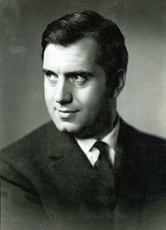 Ettore Bastianini (1922-1967). Italian baritone. After initiallly debuting as bass, he believed his voice was better suited to the baritone repertoire, and left the stage to study and re-training his voice. His prestige was enormous by the strength of his voice, not very attentive to nuances but to prevail on the scene with a wonderful timbre and powerful features, excelling as Rigoletto, Germont in La traviata, the Count di Luna in Il trovatore, and Posa in Don Carlo, among many others.
