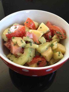 Avec le printemps et les beaux jours qui arrivent, mon envie de salade refait surface ! pour 2 pers 2 pp / pers -150 g de pomme de terre -1/2 concombre -1 tomate -1 c à s de fromage blanc 0 % - 1 c à c de vinaigre balsamique -1 c à c de moutarde -1 c...