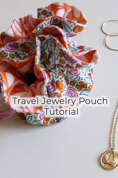 Beginner Sewing 88636 This free beginner sewing pattern will teach you how to sew a travel jewelry pouch! This would also be a great way to gift jewelry. This easy sewing pattern has a full video tutorial and is beginner friendly! Sewing Lessons, Sewing Hacks, Sewing Crafts, Sewing Ideas, Small Sewing Projects, Sewing Projects For Beginners, Diy Jewellery Pouch, Diy Jewelry, Jewelry Pouches