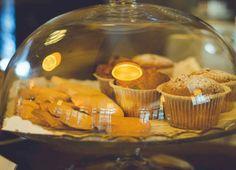 Bunatati delicioase pentru micul dejun. Brioșe pufoase, cornulețe crocante, cozonac și checuri delicioase, pe toate le găsești în Kuib.