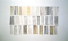 Pierrette Bloch, Sans titre (2006).  (1928-) Artiste française travaillant l'encre de Chine, qu'elle dépose par petites touches de pinceau, en points répétitifs et aléatoires, sur de longues bandes horizontales, et le fil de crin qu'elle tresse en lignes serrées, lâches ou accidentées pour créer des sculptures légères.