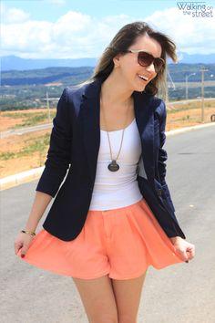 Look blazer azul marinho short laranja