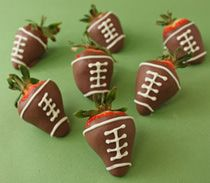 Who doesn't love some decadent chocolate covered strawberries decorated like miniature footballs for a Super Bowl party? Candied Strawberries Recipe, Chocolate Dipped Strawberries, Chocolate Line, Chocolate Cherry, Decadent Chocolate, White Chocolate, Chocolates, Superbowl Desserts, Holiday Desserts