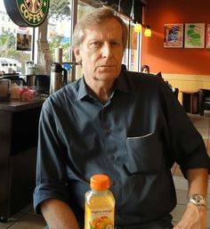 Foto: Atención Starbucks,Miami! Roberto Croizay ex Trocha Angosta. Bajista y voz.