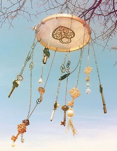 Looking for adorable wind chimes for your garden? Lucky you, I've got this line up of the most liked wind chimes online. Key Crafts, Diy And Crafts, Arts And Crafts, Carillons Diy, Diy Wind Chimes, Old Keys, Suncatchers, Yard Art, Dream Catcher