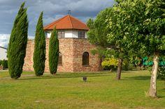 Unser Wahrzeichen - der eigenhändig erbaute Römerturm gilt als Wahrzeichen unseres Weingutes. Darin befindet sich unsere Vinothek mit beeindruckender künstlicherer Kuppel im Stil nach Marc Chagall.