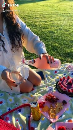 Picnic Date Food, Picnic Cake, Beach Picnic Foods, Picnic Ideas, Picnic Birthday, Girl Birthday, Vibes Positivas, Picnic Pictures, Comida Picnic
