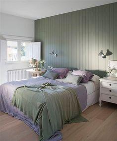 Dormitorio principal con pared del cabecero verde y ropa de cama a juego