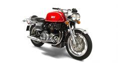 Die Schöpfung des Ingenieurs und Rennfahrers Friedel Münch machte ihrem Namen alle Ehre: Die 1966 vorgestellte Münch Mammut brachte über 300 Kilo auf die Waage und hatte den aus dem NSU Prinz bekannten, 1.000 Kubik großen Vierzylindermotor. Obwohl Honda mit der vergleichsweise schwächeren CB750-Four bis heute den Titel des weltweit ersten Superbikes reklamiert, debütierte das Münch-Motorrad volle vier Jahre zuvor. Während dieser vier Jahre war die Mammut die wohl mächigste Maschine, die ein…