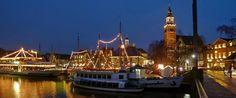 Der Wiehnachtsmarkt achter d' Waag in Leer ist etwas ganz besonderes. Direkt am Museumshafen in der Altstadt kann man an den vier Adventssonntagen das Lichtermeer und die gemütliche Atmosphäre genießen.