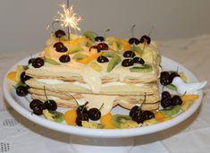 Bolo de massa folhada recheado com creme de maracujá e chantilly, decorado com frutas.