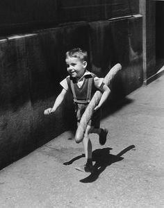 Petit garçon qui court avec une baguette - Paris - 1952 © Willy RONIS