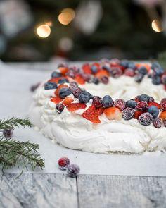 Christmas Wreath Pavlova - Obsessive Cooking Disorder Sugared Cranberries, Distilled White Vinegar, Pavlova, Serving Plates, Food Photo, Fresh Fruit, A Food, Blueberry, Christmas Wreaths