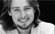 Scott Cleverdon. Nace en Edimburgo y se forma como actor en la Real Academia de la Música y Teatro de Glasgow. Su carrera profesional empezó en el Reino Unido en cine y se mudó a Los Angeles (EE.UU.) en 1993, dónde trabajó intensamente en películas de gran y pequeño presupuesto. Ha trabajado con grandes directores y productores como Milos Forman, Saul Zantz, Tom fontana o Ed Zwick. Ha rodado en Canadá, Polonia, Nigeria, México, Reino Unido, Ucrania y…