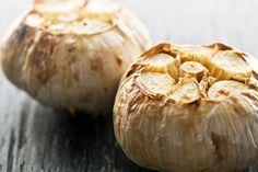 Fırında Sarımsak Tarifi ; Fırında sarımsak nasıl hazırlanır ? Deniz tuzu ve zeytinyağı ile lezzetlendirilir. Nasıl servis edilir ?