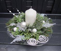 Benefit from the most wonderful time of a given year into the fullest through all of these Christmas candles. Christmas Candle Decorations, Christmas Flower Arrangements, Modern Christmas Decor, Christmas Flowers, Silver Christmas, Christmas Candles, Christmas Art, Christmas Wreaths, Deco Table Noel