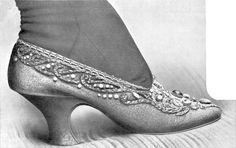 Con l'inizio dell'Industrializzazione nel XIX secolo le scarpe furono prodotte in serie in fabbrica; in questo periodo nacque anche la moda degli stivali corti. Oggi buone scarpe sono alla portata della maggior parte della popolazione nei paesi industrializzati.