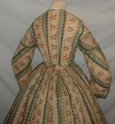 "back view - Captivating 1860s Printed Challis Dress Museum de Accessioned | eBay fiddybee; coat sleeves with short cap & decorated with green silk ribbon, neck, armscyes & waist are piped, bodice line with cotton, front hook & eye closure; skirt unlined except wide band at hem; light underarm discoloration, skirt some pea size holes & stress wear; bust: 34""; waist: 26""; skirt length: 41""; width at hem: 154"""