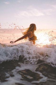 O x photography editing, beach photography, summer photos, beach pictures. Summer Beach, Summer Vibes, Beach Night, Beach Foto, Poses Photo, Beach Poses, Summer Photography, Photography Editing, Girl Photography