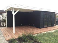 Prachtig tuinhuis met veranda in antraciet/wit gebeitst. Op maat gemaakt en geplaatst door Jan de Boer Tuinhuizen