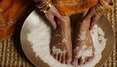 Nohy si položila do nádoby so soľou. Budete naozaj prekvapení, keď zistíte, čo táto soľná očista urobila s jej telom