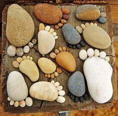 How to Make Pebble Mosaic Stepping Stone Source How to Make Mosaic Garden Projects Source Rocks of Feet Stepping Stones Source Funny Stepping Stones Source Leaf Imprint . Stone Crafts, Rock Crafts, Diy And Crafts, Hand Crafts, Pebble Mosaic, Pebble Art, Deco Nature, Garden Stones, Easy Garden