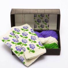 Garn og oppskrift til pulsvanter med latvisk mønster Diy Knitting Kit, Learn How To Knit, Mittens Pattern, Modern Outfits, Needles Sizes, Mitten Gloves, Spring Time, Fingerless Gloves, Color Patterns