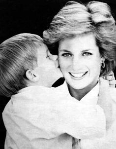 """Adorable photo of Prince Harry kissing his Mother, Diana, Princess of Wales """"Lady Di""""Diana Spencer so cute, his arms tightly around her :) Lady Diana Spencer, Diana Son, Prinz Charles, Prinz William, Charles Charles, Princess Diana Family, Prince And Princess, Uk Prince, Royal Princess"""