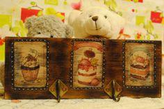 "Декупаж - Сайт любителей декупажа - DCPG.RU | Шоколад и сладости №26: Вешалка для кухонных мелочей ""Сластёна"" Click on photo to see more! Нажмите на фото чтобы увидеть больше! decoupage art craft handmade home decor DIY do it yourself chocolate sweets cupcakes acrylic paints print varnish"