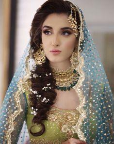Indian Bridal Mehndi Brides Saree 36 Ideas For 2019 Pakistani Bridal Makeup Hairstyles, Mehndi Hairstyles, Bridal Hairdo, Pakistani Wedding Outfits, Pakistani Bridal Dresses, Bridal Outfits, Walima Dress, Pakistani Mehndi Dress, Shadi Dresses