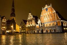 Riga, Latvia: House of Blackheads by night – The Melngalvju... (tunliweb, Mar 2008)