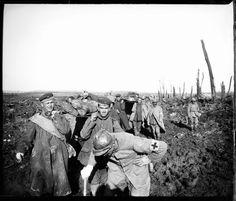 25 de octubre de 1917. Limpieza de los campos de batalla por los boches en Laffaux, Francia. Fotografía toma el día siguiente a la ofensiva francesa de la Malmaison, Francia (nota manuscrita del autor sobre el negativo de vidrio).