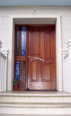 Puerta de entrada en castaño curva