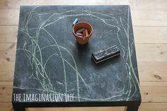 Ingeniosa idea para renovar una mesa http://ini.es/TRm0xY #DIY, #IdeasParaDecorar, #MesaLACK, #Mesas, #Niños, #PinturaDePizarra, #RenovarUnaMesa