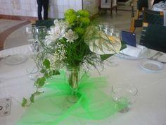 Arreglo en copas con base de tul verde.