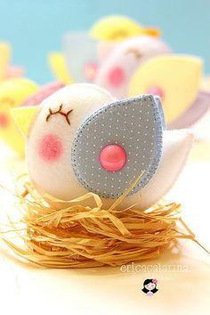 Wool Felt Bird by Ei Menina! Kids Crafts, Easter Crafts, Felt Crafts, Diy And Crafts, Bird Party, Felt Birds, Felt Patterns, Toy Craft, Felt Diy