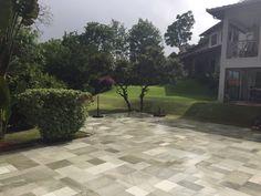 A Pedra Goiás pode ser usada em acabamentos externos como em pisos, em decks e em bordas de piscina porque é uma pedra que não retém calor, é antiderrap... - JR Pedras - Google+
