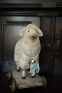 handwerk craft … – The World Primitive Sheep, Primitive Crafts, Antique Toys, Vintage Toys, Felt Animals, Cute Animals, Sheep And Lamb, Pull Toy, Old Fashioned Christmas