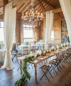 idee deco salle demariage pas cher mais jolie, chemin de table en plantes vertes, lustre baroque