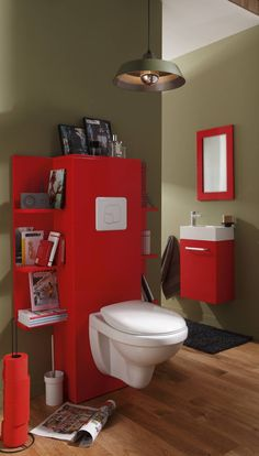 Une déco rouge accompagnée de rangements pratiques et les toilettes deviennent une pièce indispensable de la maison !
