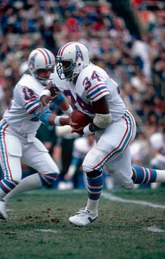 Earl Campbell with the Oilers. Nfl Football Players, Football Memes, Sport Football, Football Cards, American Football League, American Sports, National Football League, Nfl Photos, Sports Photos