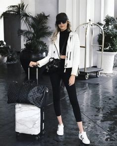 Fashion, style and outfit inspiration. Looks to inspire your outfits! – Holiday Resort Fashion, style and outfit inspiration. Looks to inspire your outfits! Fashion, style and outfit inspiration. Looks to inspire your outfits! Airport Travel Outfits, Airport Style, Airport Fashion, Airport Look, Hongkong Outfit Travel, Comfy Airport Outfit, Travel Ootd, Athleisure Trend, Look Fashion