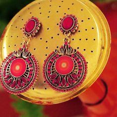 Craquez pour ces boucles d'oreilles Desigual pour un look féminin et bohème chic !   http://www.squaredesaccessoires.com/bijoux-desigual/6507-paire-de-boucles-d-oreille-desigual-teresina-rose-8433937929427.html